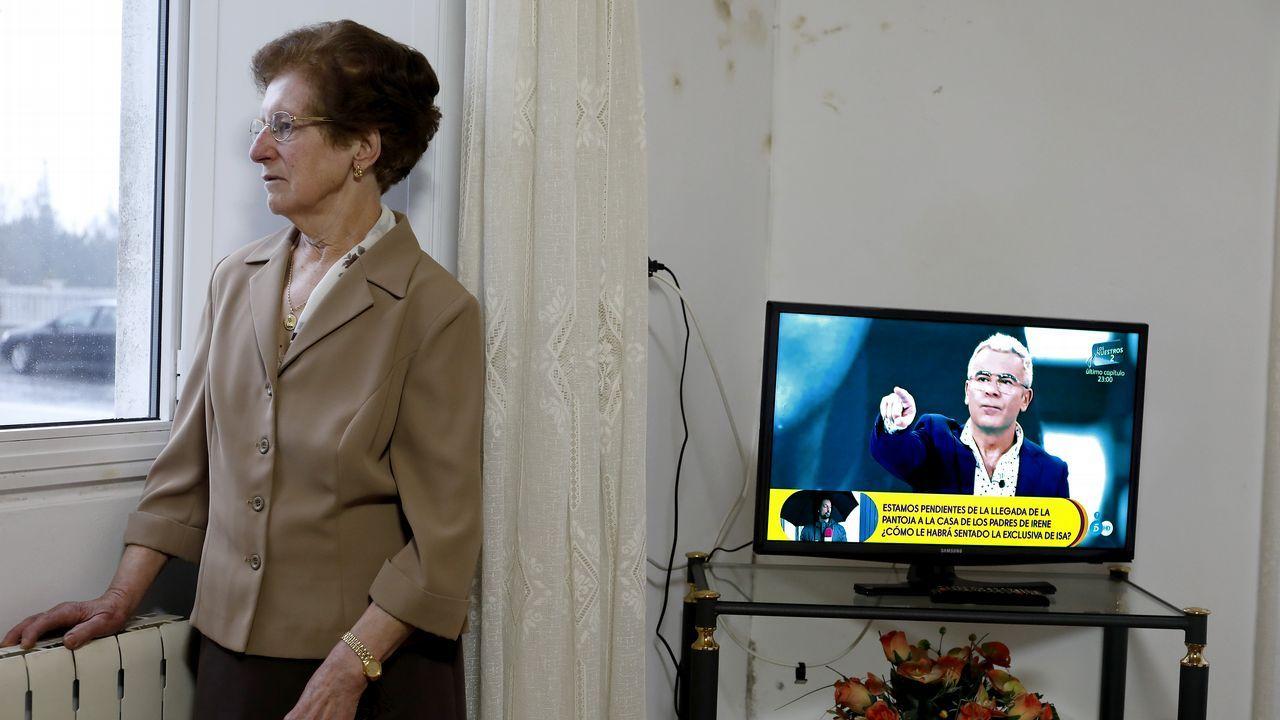 Arco 2020, paseando por una feria familiar.Carmen, de 80 años, vive sola en una casita en el concello de Zas