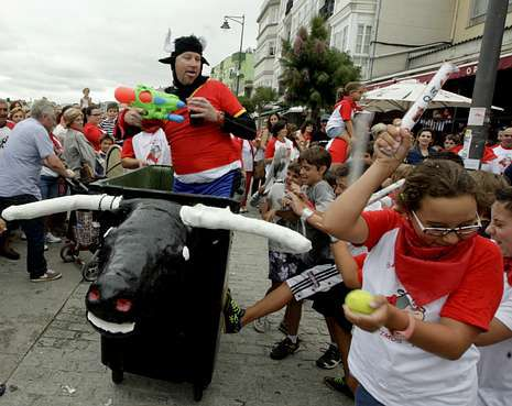 Alberto Chicote, en la plaza de Abastos de Santiago.Los «toros» bravos persiguen a los vecinos lanzándoles a diestro y siniestro globos de agua.