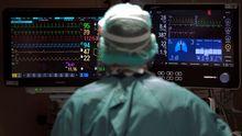 Un profesional sanitario trabaja en la uci del Hospital Vall d'Hebron de Barcelona este miércoles