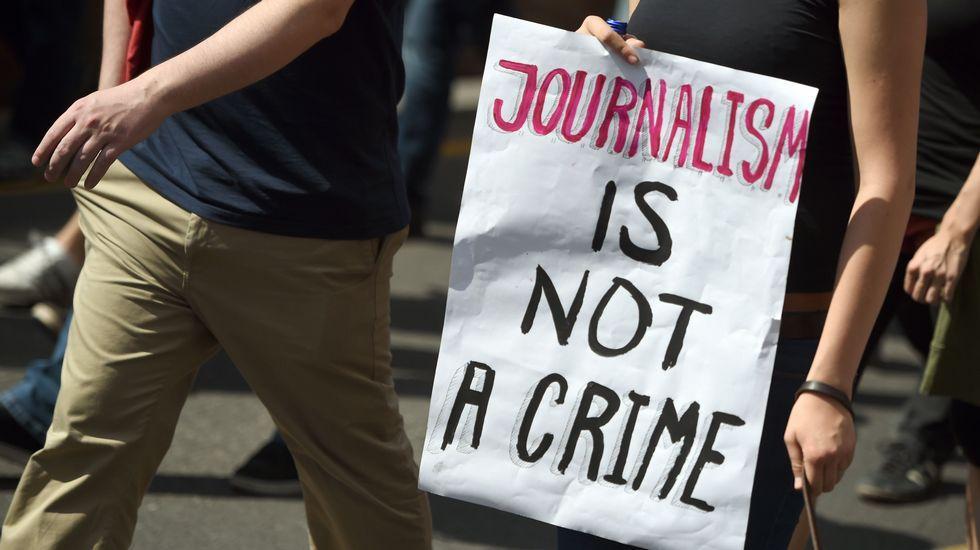 «El periodismo no es un crimen», dice la pancarta de uno de los manifestantes de las protestas a favor de la libertad de prensa en Berlín después de que se investigase a dos escritores del blog «Netzpolitik»