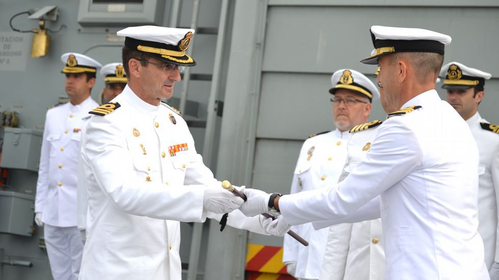 El capitán de fragata Ignacio Cuartero recibiendo el mando