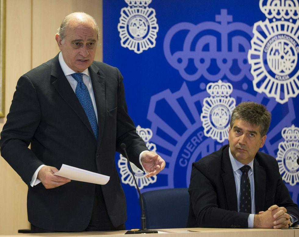 El ministro Fernández Díaz y el director de la Policía en la presentación en Barcelona del plan contra la trata de seres humanos.