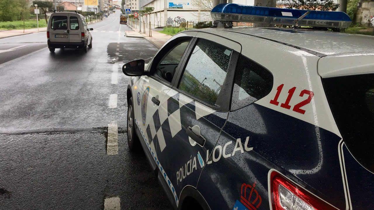 Policía Local de Narón en la rotonda de Freixeiro preparada para realizar controles e identificaciones