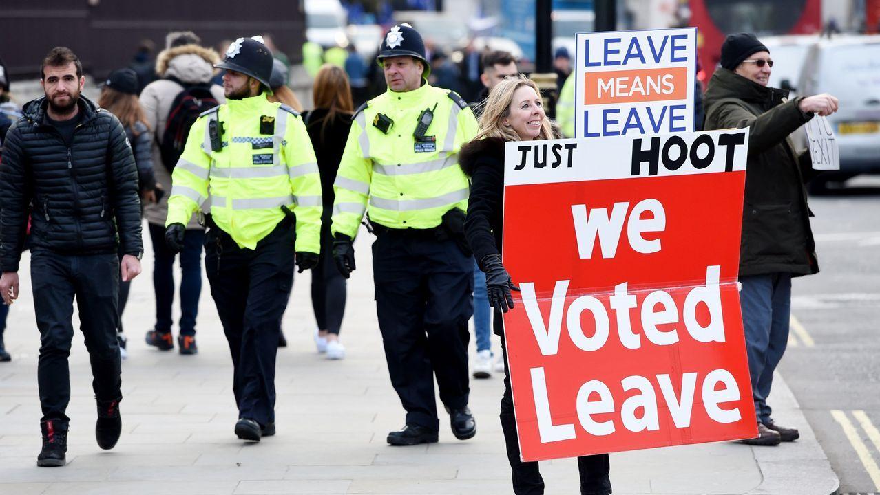 Agentes de la Policía Metropolitana de Londres caminan junto a manifestantes a favor del «brexit» en Londres
