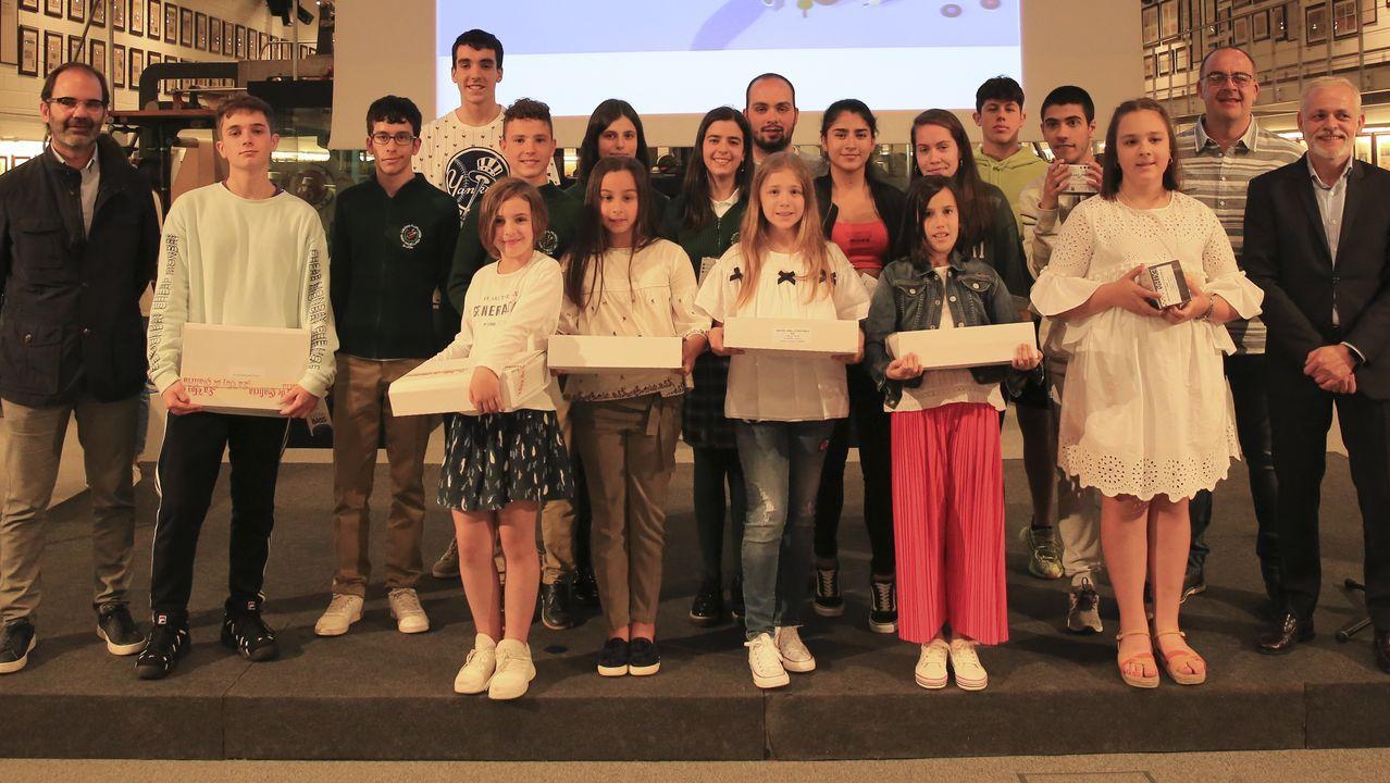 Los premios fueron entregados por Julio Masid, consejero delegado de Viaqua, y Lois Blanco, director general de la Corporación Voz de Galicia