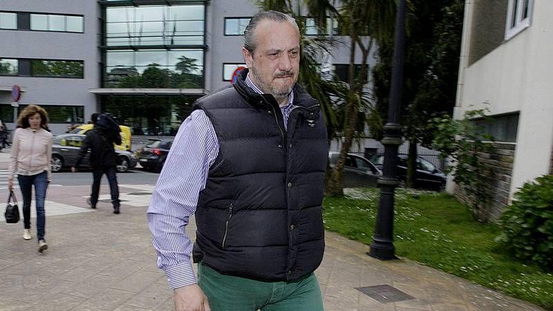 Dorribo vuelve a los juzgados.Jorge Dorribo, ayer, en los juzgados de Lugo. Su mujer es la primera por la derecha.
