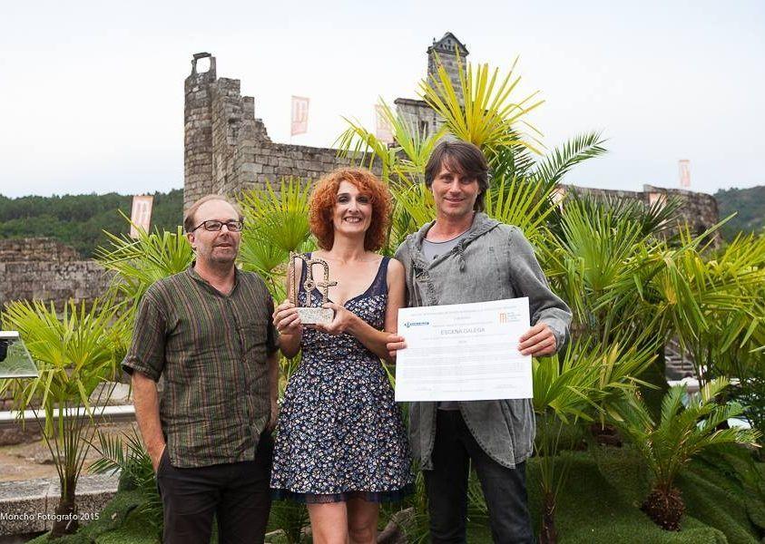 Carbajal ?dereita?, tras recibir Escena Galega o premio en Ribadavia, xunto con Xesús Ron e Belén Pichel.