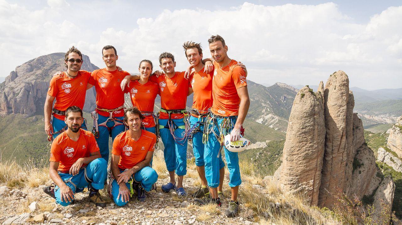 Los reyes posan con los premiados en los Premios Princesa de Asturias.Rescate de montaña en Cabrales