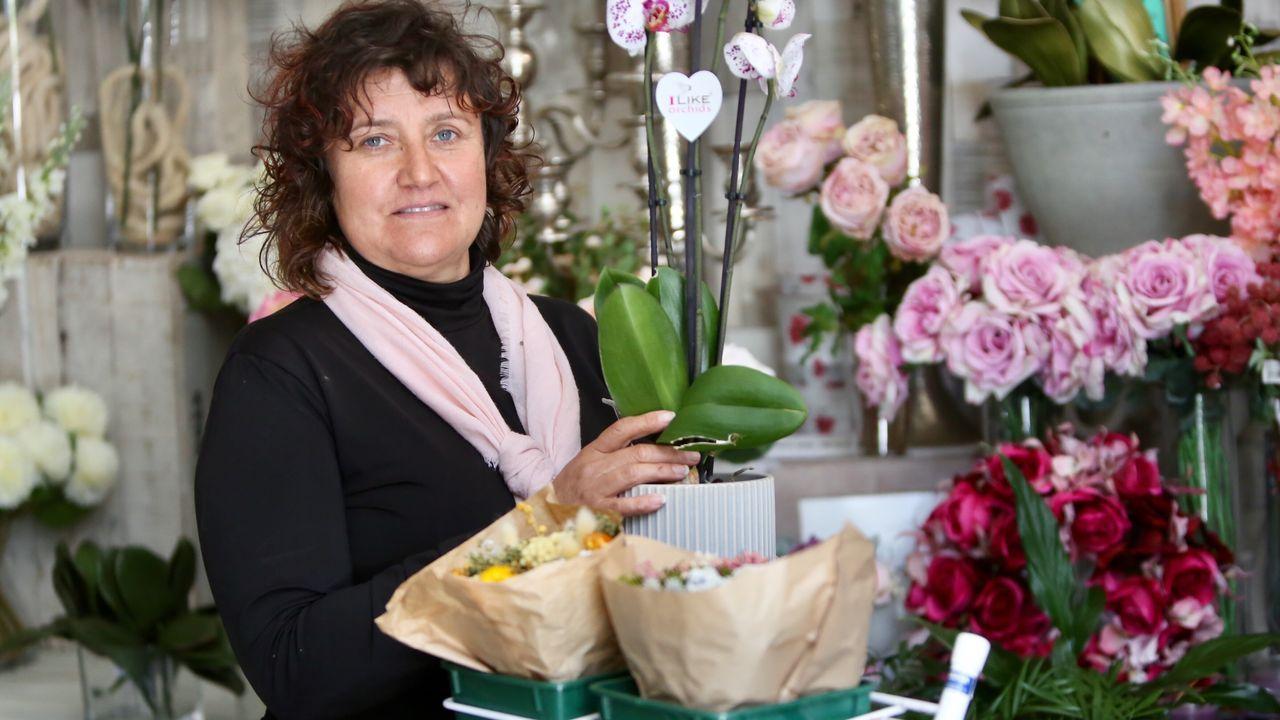 Rosas y dulces en un Día de la Madre en semi confinamiento.Servando Vázquez, en su floristería situada en la calle Celso Emilio Ferreiro, Chabel