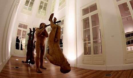 Escultura de Francisco Leiro en la sede del centro cultural que la desaparecida Caixanova tenía en el centro de Santiago.