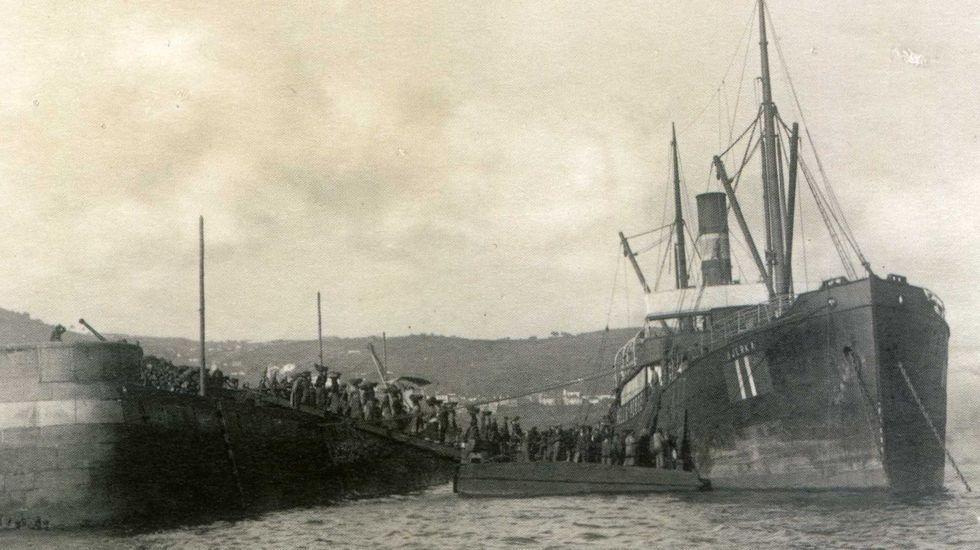 Mujeres cargando carbón en el puerto de Ferrol, en una imagen de comienzos del pasado siglo