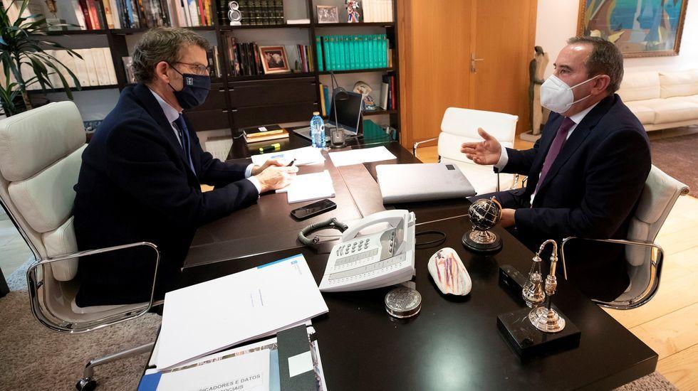 El presidente de la Xunta y el alcalde de Bóveda, en la reunión de este martes en Santiago