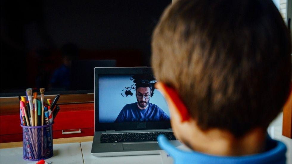 Un niño recibe una clase en línea