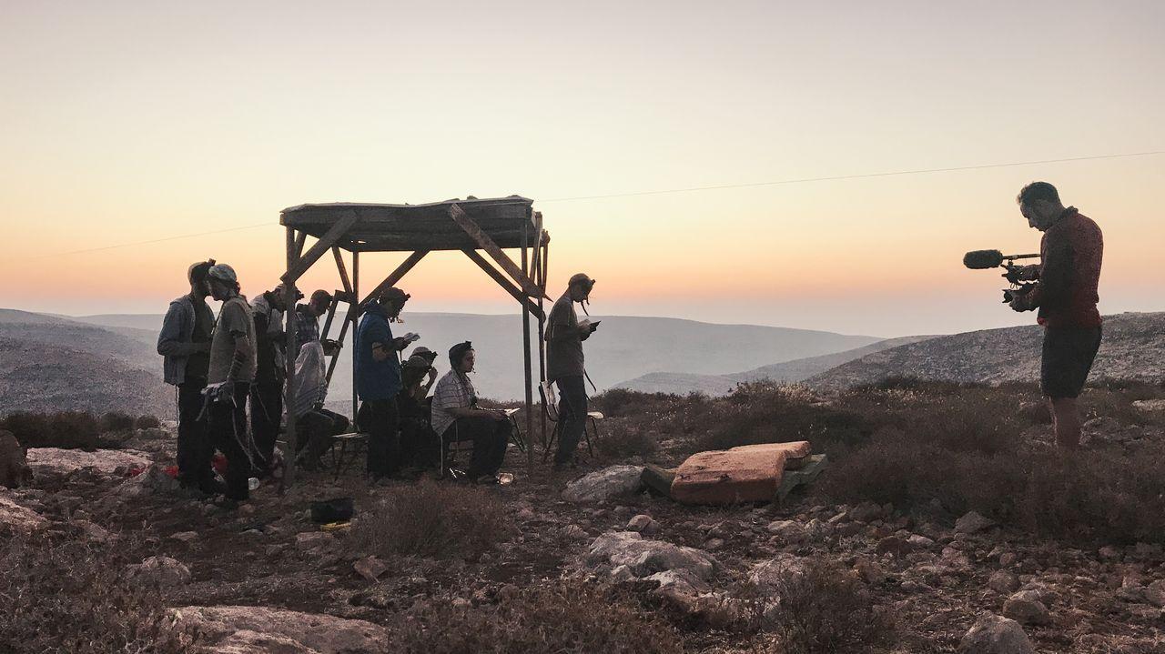 Un momento de la grabación del documental, con Manuel Valcárcel grabando a un grupo de jóvenes colonos judíos