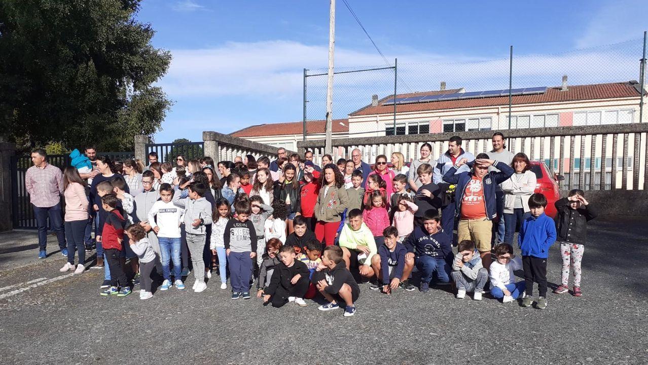 Miembros de la comunidad educativa tuvieron que limpiar las instalaciones del colegio de Carral para poder iniciar el curso
