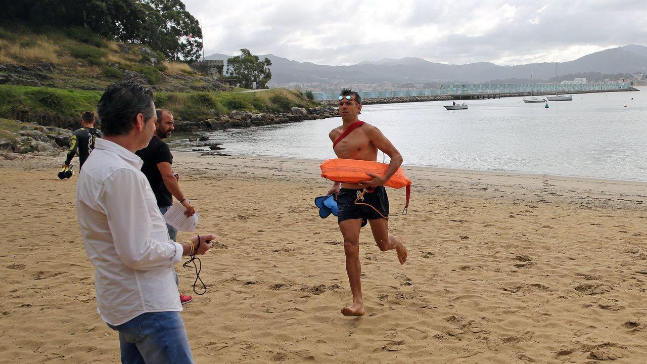 Socorristas realizando pruebas en la playa de A Barbeira, en Baiona