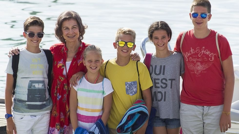 La reina Sofía, junto a cinco de sus nietos Pablo Nicolás, Irene, Miguel, Victoria y Juan.