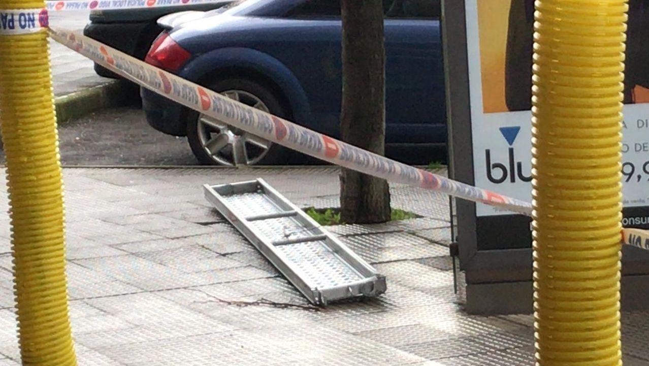 Los Bomberos de Vigo aseguran un andamio del que se cayó una balda en Jenaro de la Fuente