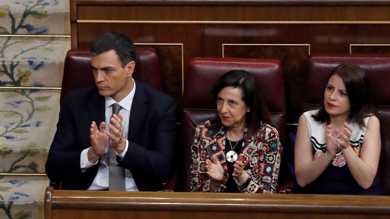 Pedro Sánchez, sentado en el hemiciclo junto a Margarita Robles.