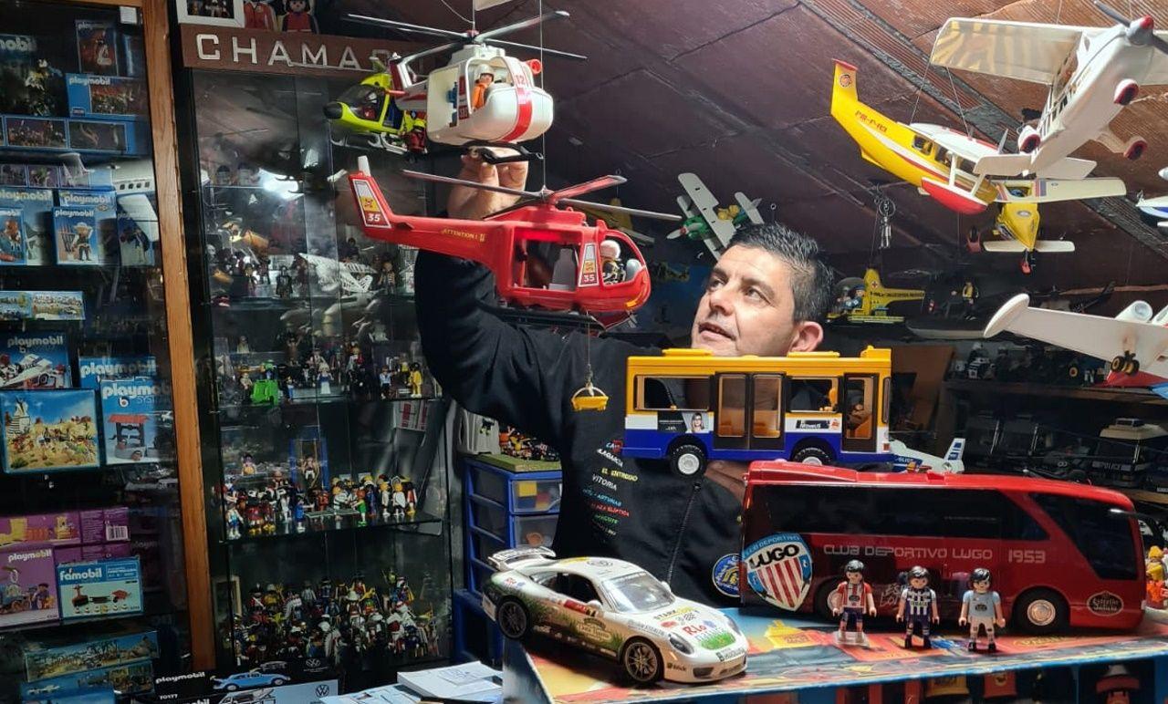 Alejandro y su colección de playmobil, con más de 5.000 figuritas.Construcción del parque eólico de Capital Energy en Buseco, entre Villayón, Valdés yTineo
