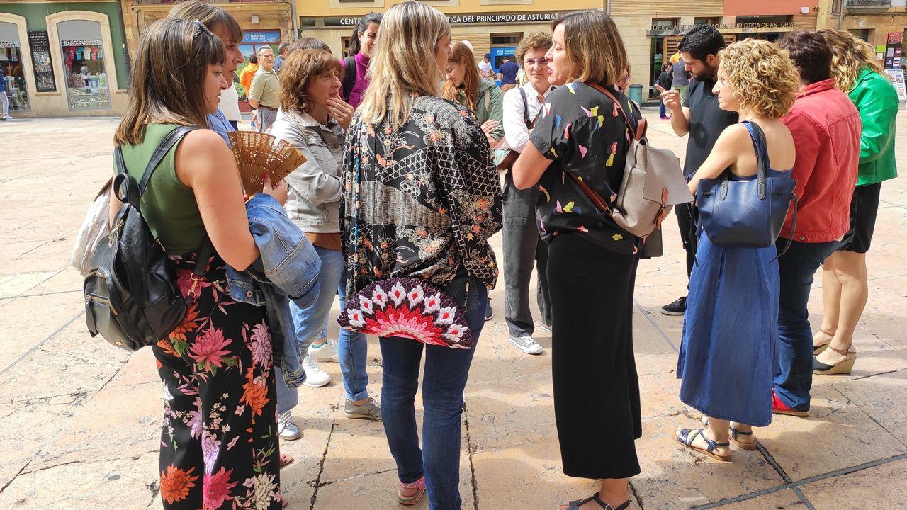 escuelas de infantil, centros de 0 a 3 años,.Educadoras infantiles a la salida del Ayuntamiento de Oviedo junto a miembros de Somos