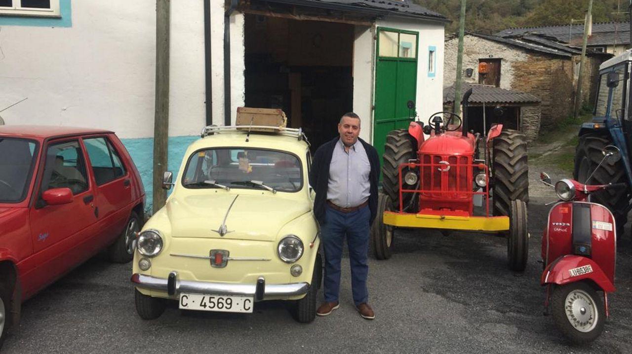 José Luis con una parte de su colección, que guarda en su casa