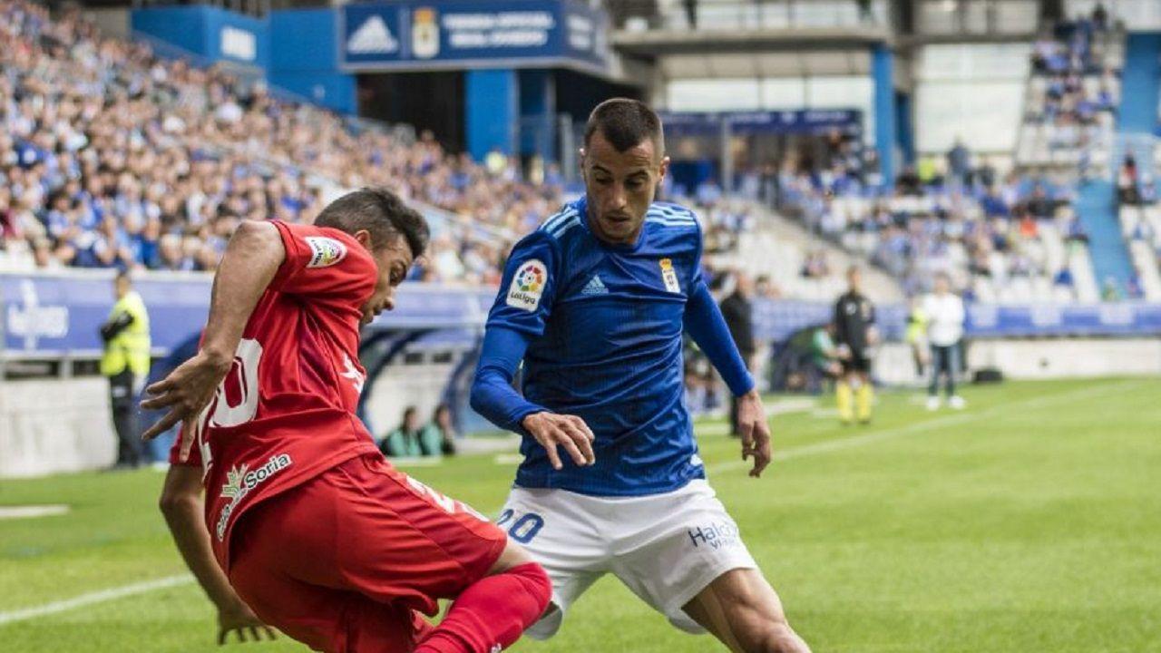 Tejera Gus Ledes Real Oviedo Numancia Carlos Tartiere.Tejera pugna con Gus Ledes por un balón