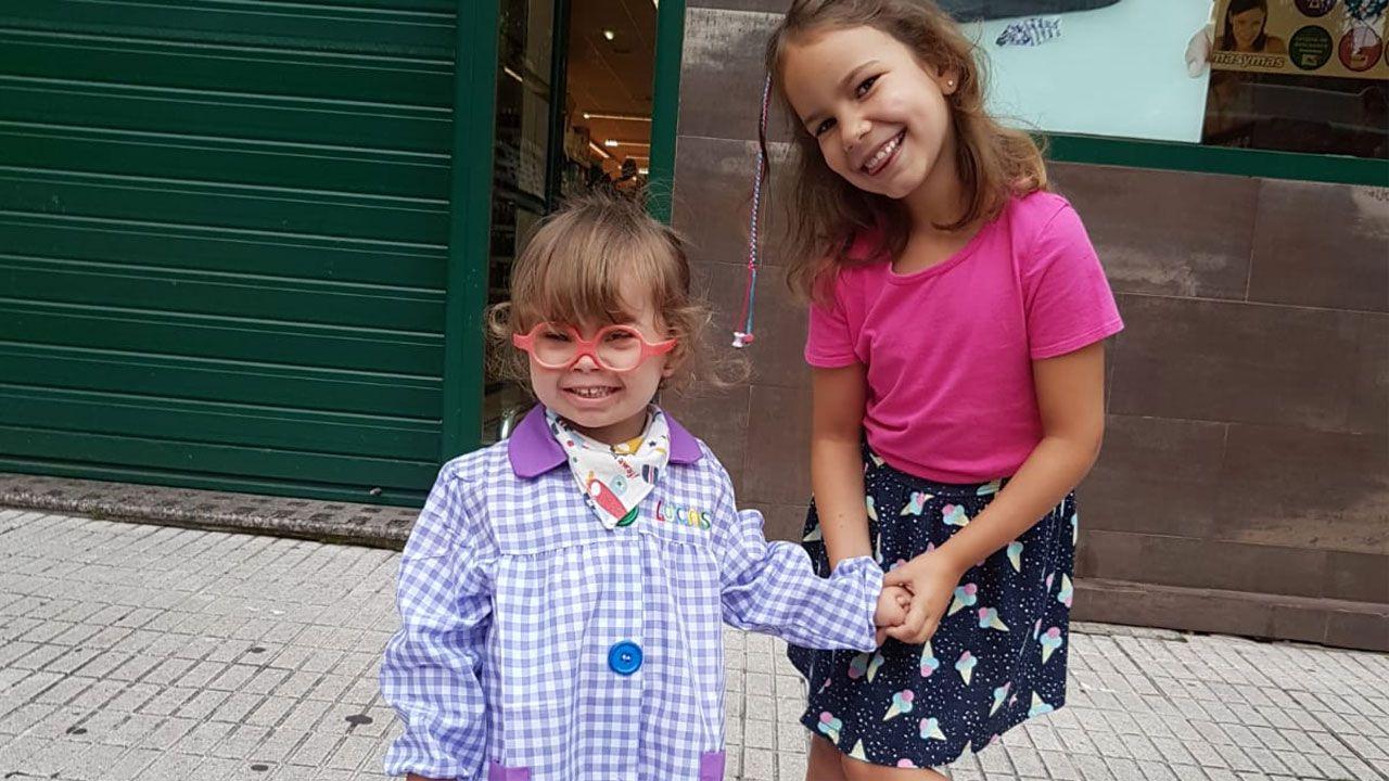 El nuevo ujier del Parlamento que sueña con ser actor.Lucas Parrondo Suárez y su hermana Elsa en el primer día de clase del pequeño, en La Calzada, Gijón
