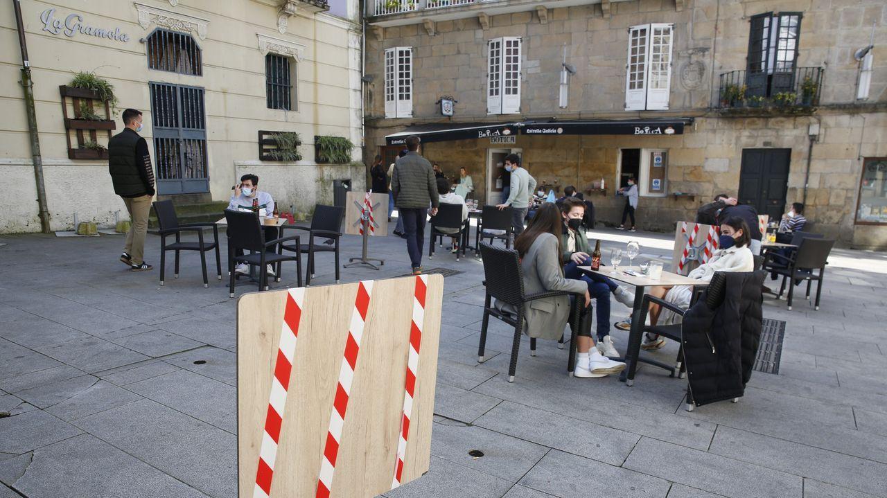 Las terrazas de los bares pueden abrir al 50 % de su aforo en los concellos del área sanitaria. En la imagen, la plaza de Méndez Núñez, en la ciudad de Pontevedra