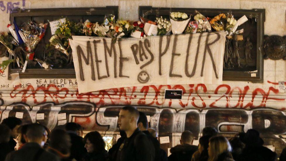 Pontevedra condena la violencia de género.La presidenta de la Diputaicón, Carmela Silva, Isaua Abelairas (derecha) y las artistas del proyecto.