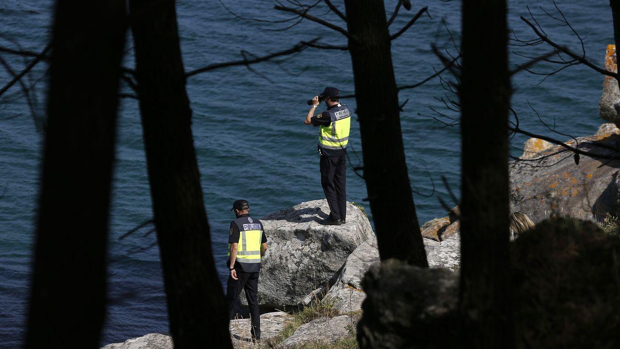 Los agentes de policía también realizaron rastreos por la costa donde fue rescatada la tercera ocupante