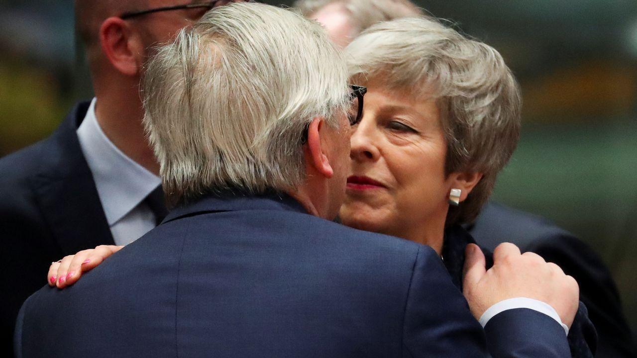 Aspirantes a dirigir los puestos más relevantes de la UE.Juncker saluda a Theresa May a su llegada al primer día del Consejo Europeo en Bruselas