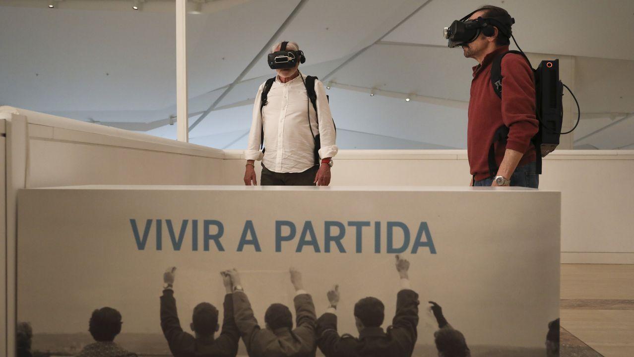 José María Sánchez (esquerda) e Luis Fernández probando a experiencia virtual Os Adeuses
