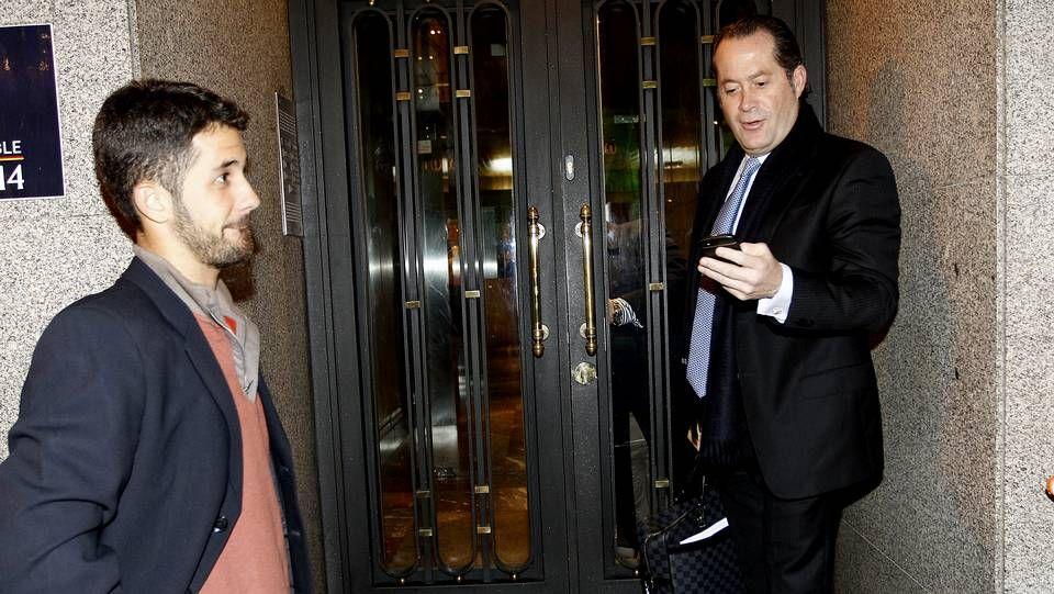 a.El presidente de Banesco entrando con su hijo a la sede del grupo en Madrid