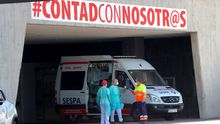 Personal sanitario, alrededor de una ambulancia, en el Hospital Universitario Central de Asturias (HUCA)