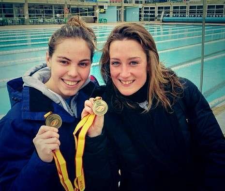 Natación.María Vilas y Mireia Belmonte posan con las medallas que lograron ayer en el 5.000.