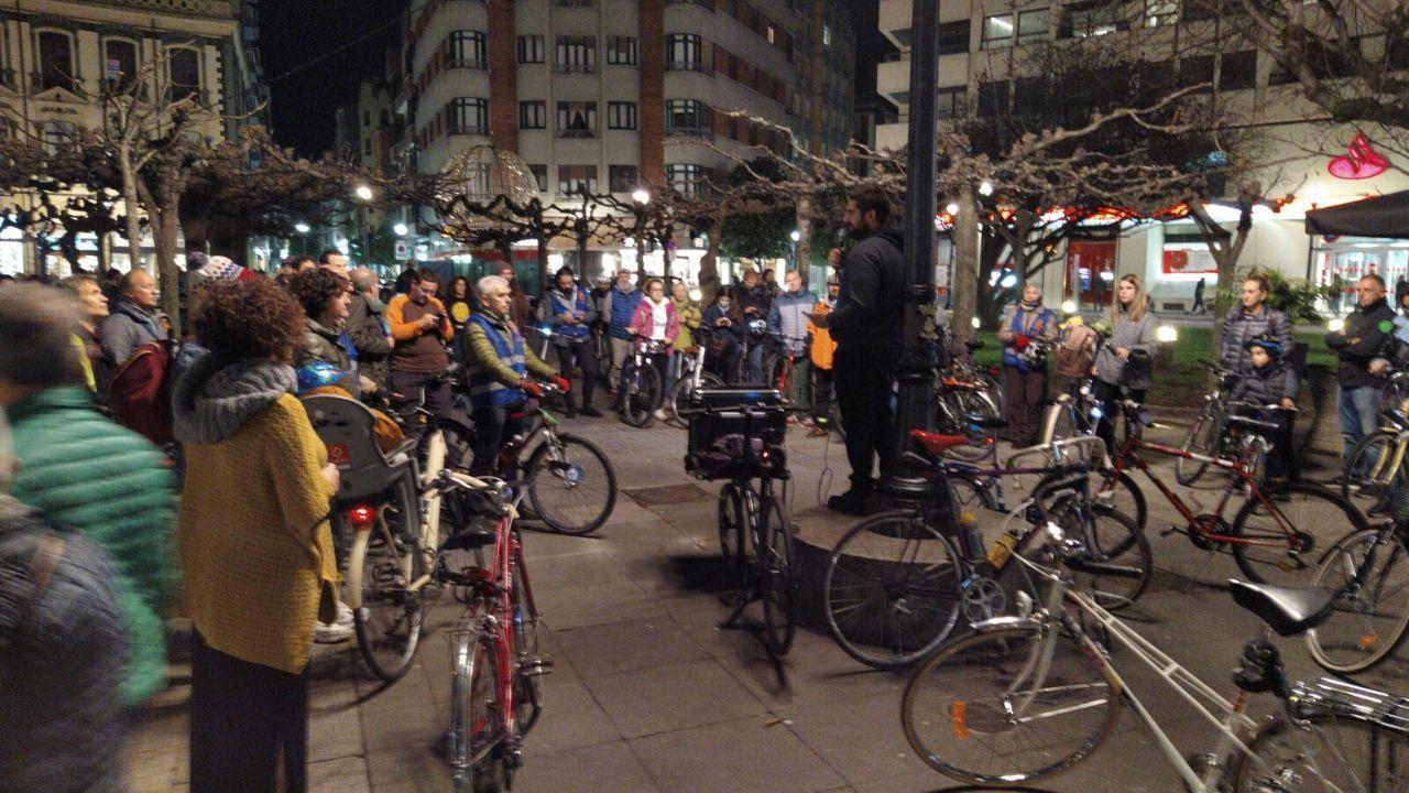 Participantes en la bicicletada por el clima en Gijón, antes del inicio del recorrido