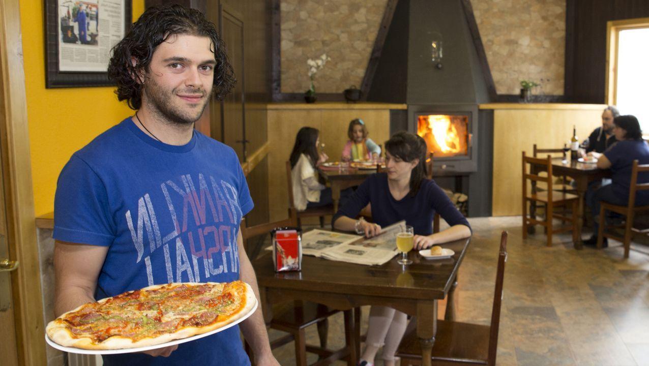 Una firma para que el castillo de Castroverde sea del Concello.Ián Fernández, un joven de A Fonsagrada que tras trabajar en un hotel de Suiza montó una pizzería en A Fonsagrada