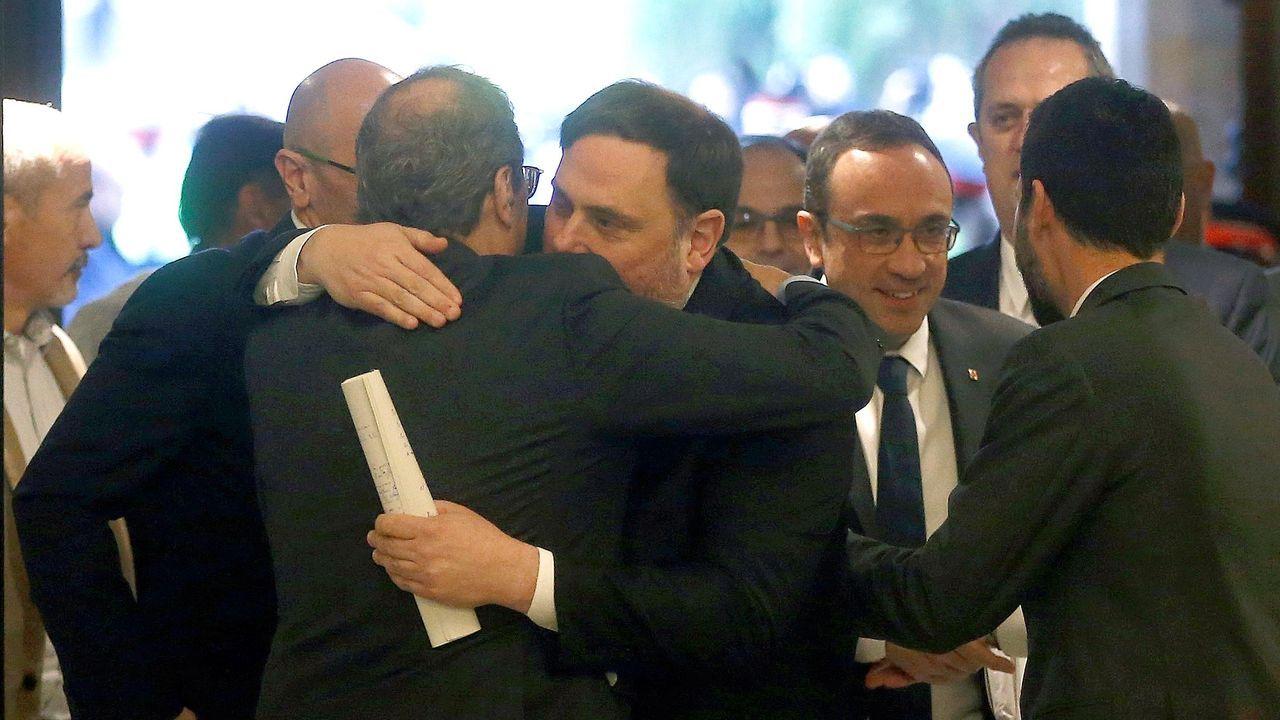 Los exconsellers presos, aclamados a su llegada al Parlamento catalán.Pere Aragonès entregó este miércoles el proyecto de presupuestos al presidente del Parlamento catalán, Roger Torrent