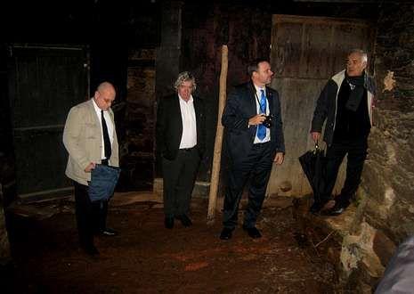 El embajador, Eugenio Martínez, segundo por la derecha y el cónsul, José Antonio Losada, primero por la izquierda, visitaron la casa natal de Ángel Castro en Láncara.
