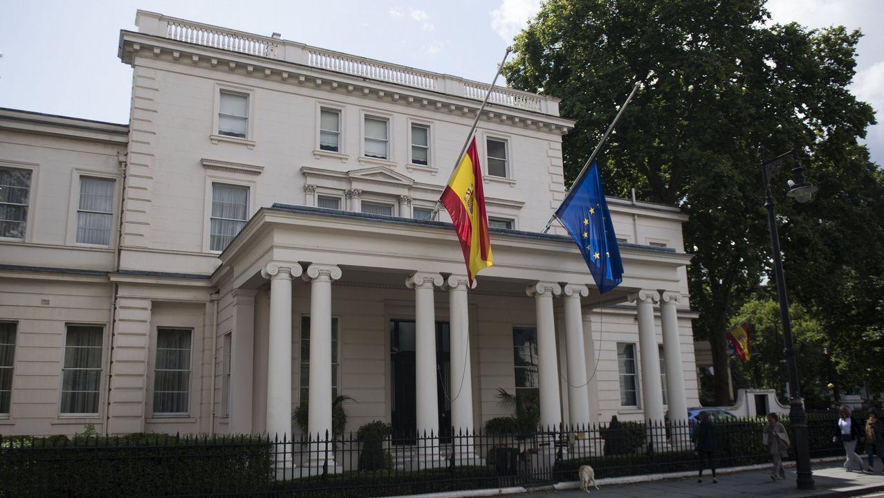 Las banderas de España y la Unión Europea ondean a media asta en la Embajada española en Londres