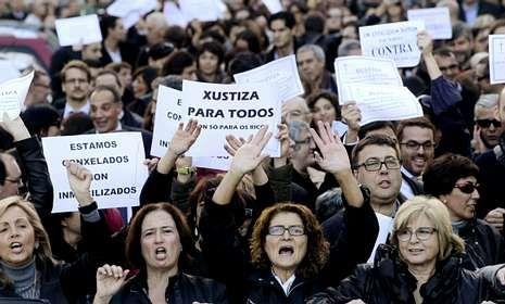 Una protesta antitasas de abogados y funcionarios ante los juzgados de Vigo.