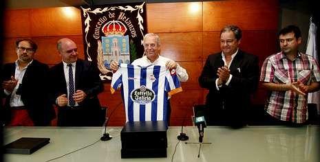 Tino Fernández, el segundo por la derecha, entregó una camiseta del Dépor al alcalde de Betanzos, Ramón García.