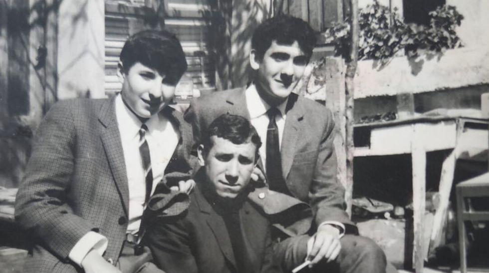 Ignacio Vilar cos seus amigos Darío e Nito na praza de Petín no 1966