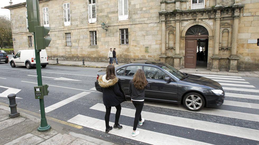 SANTIAGO | 127 bien y 4 mal | El semáforo frente al IES Rosalía de Castro nunca llegó funcionar. Ayer cuatro coches se saltaron el paso de cebra.