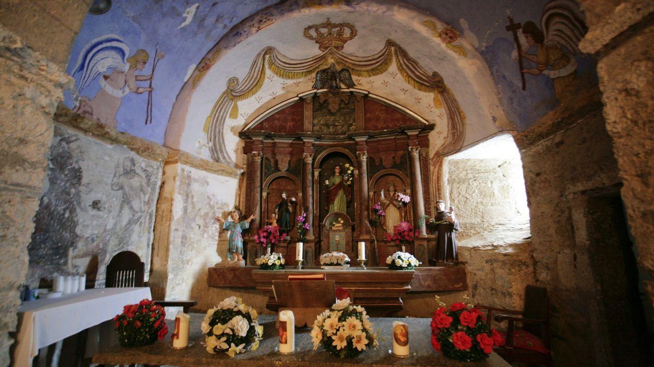 La Iglesia de Santalla de Alfoz, en la parroquia de Santalla, es uno de los bienes arquitectónicos y monumentales protegidos, que cuenta con pinturas medievales