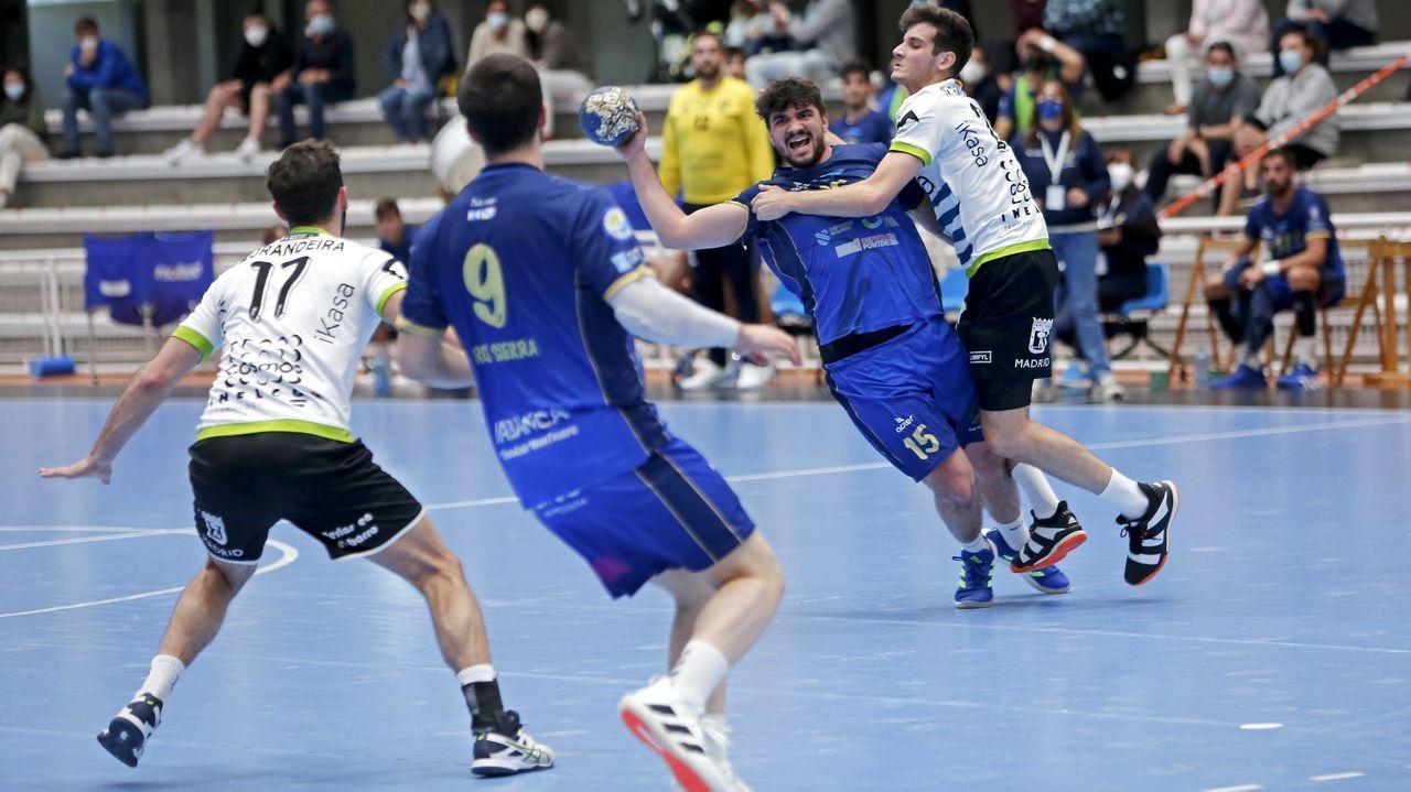 El Balonmano Teucro gana en casa y sigue vivo.Una imagen del partido entre el Teucro y el Ikasa celebrado en el Pabellón Municipal de Pontevedra