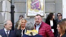 El secretario general de la FSA-PSOE, Adrián Barbón (2d), y el alcalde de Oviedo, Wenceslao López (i), a la entrada del teatro Campoamor en donde se celebró el acto conmemorativo del XXXIX Día de les Lletres Asturianes