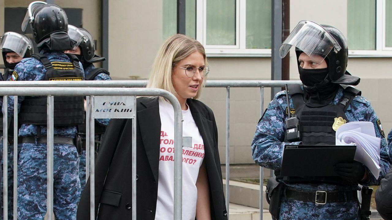 Liubov Sóbol llevaba puesta en el juicio una camiseta con la inscripción «¿Dónde está la causa penal por el envenenamiento de Navalni?»