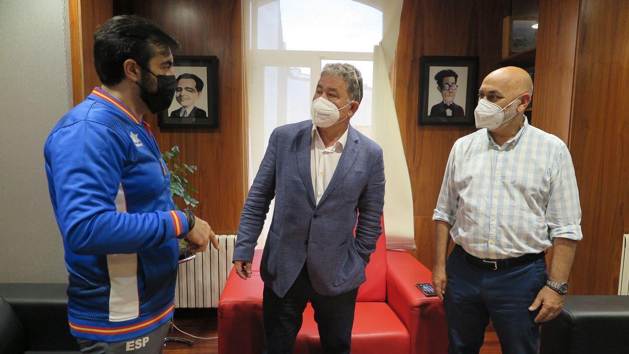 El tirador Juan Antonio Saavedra con Miguel Anxo Fernández Lores y Tino Fernández, antes de ir a Tokio